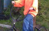 Scooter duwen van een oude fiets en geborgen onderdelen