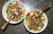 Spek-Broccoli salade met granaatappel besjes & Tangy Dressing