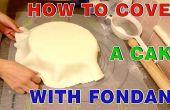 Hoe ter dekking van de ronde taart met fondant suiker plakken