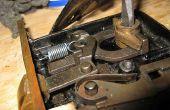 Reinigen en repareren van een antieke Mortise deurslot