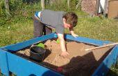 Verhoogde zand doos met deksel gemaakt van behandelde hek boards.