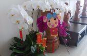 Miss La Sen opknoping gelukkige decoratie op Lunar New Year