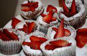 Chocolade gesmolten Cupcake met poeder suiker & aardbeien