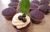 Geroosterde Blueberry Cupcake met Basil geïnfundeerd geitenvlees kaas Frosting