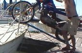 Krijgen van een motorfiets aan boord van een zeilboot