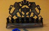 Kaarsen Chanukah--montage van een grote kaars in een klein gaatje