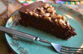De perfecte chocoladetaart gegarneerd met zoute gekarameliseerde walnoten