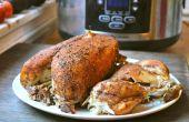 Een hele kip in een langzame fornuis bak