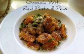 Gnocchi geserveerd met rode Pesto en erwtjes