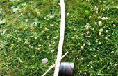 Maken en spelen een berimbau (instrument van de boog van de Braziliaanse muziek) op een camping