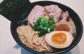 Hoe maak je een Japanse varkensvlees Bouillon Ramen
