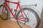 Spatborden fiets van flessen water en kleerhangers