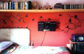 Rood muur met vogels en takken
