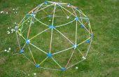 Gloeiende geodetische koepel met Strawbees