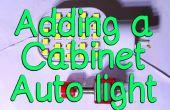 Het installeren van een kabinet Auto licht.
