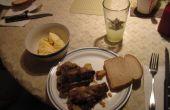 Goedkoop en lekker vlees salade gemaakt van botten van de nek of varkensvlees Hocks
