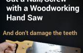 Knippen van de nagels of schroeven met een houtbewerking Hand zag