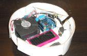 Een ander kartonnen robot-stofzuiger gecontroleerd met Arduino