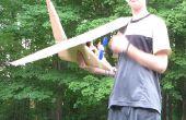 Grote kartonnen vliegtuig met propeller thats powerd door motor
