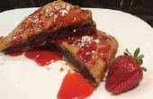 Chocolade hazelnoot gevulde Franse Toast met zelfgemaakte aardbei siroop