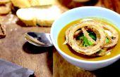 Pompoen soep met knapperige gekruide uien gekruide