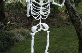 Halloween skelet gemaakt van plastic draagtassen.