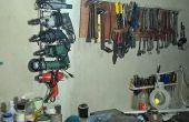 Een eenvoudige muur rack voor elektrisch gereedschap met metaal uit achtertuin