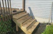Installeren van nieuwe stappen naar een terras