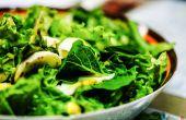 Gebruik van onkruid als een vrije, smakelijke en gezonde salade