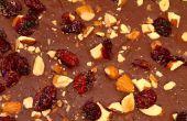 Bitterzoete chocolade schors met gerookte zee zout, geroosterde amandelen & gedroogde Cranberries