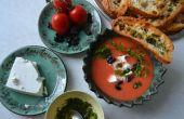 Koude watermeloen & tomaten soep met schapenkaas, olijven en kervel