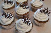 Biologische honing-Walnut Cupcakes w / honing-vanille slagroom