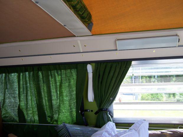onze 1979 westfalia bus is totaal ongerestaureerde en in zeer mooie staat het heeft groene ruwe jute type gordijnen die ik zonder doen kan