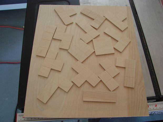 Een Familielid Gooide Een Uitdaging Voor Een Educatief Project Ze Moest  Leveren. Haar Idee Was Om Een Puzzel Met Houten Tetris Blokken.
