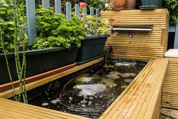 Aan de orde gesteld hout vijver met waterval en bench for Vijver afwerking hout