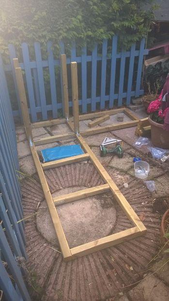 Aan de orde gesteld hout vijver met waterval en bench for Vierkante vijver maken