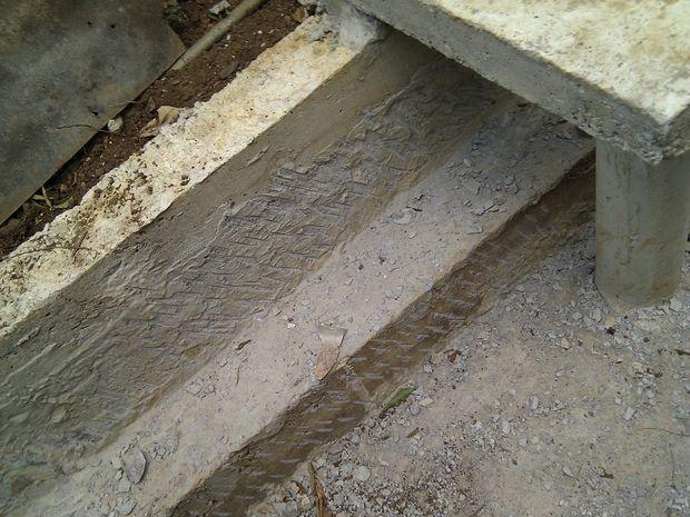 Betonnen vijver stap slijpen muren voor interieur metselwerk