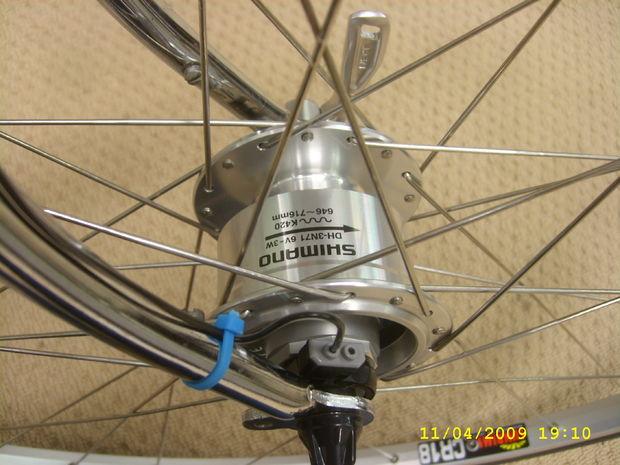 deze fiets heeft een dynamo front hub die is aangesloten op de ledverlichting daarnaast is er een vermogen via een vrouwelijke usb stekker